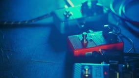 Sluit omhoog van gitaarspeler of rotsmusicus het spelen het dons, overdrive, wah wah pedalen op toont Man voet die op metaal druk stock footage