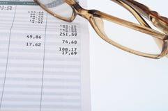 Sluit omhoog van glazen en cijfers Royalty-vrije Stock Fotografie