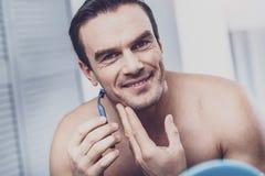 Sluit omhoog van glimlachend mannetje dat voorbereidend gezicht royalty-vrije stock afbeeldingen