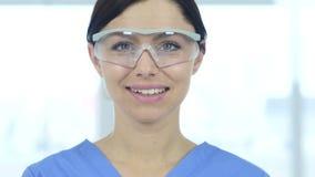 Sluit omhoog van glimlachende wetenschapper, arts in beschermende glazen stock video