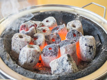 Sluit omhoog van gloeiende hete houtskool, Gebruik voor lapje vlees het roosteren stock foto's