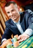 Sluit omhoog van gokkersstaken spelend roulette Stock Afbeeldingen