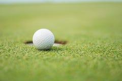 Sluit omhoog van golfbal Stock Fotografie