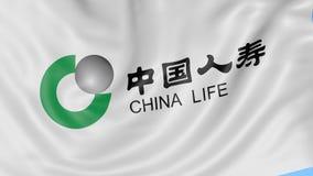 Sluit omhoog van golvende vlag met de Verzekeringsmaatschappijembleem van China Life, naadloze lijn, blauwe achtergrond Redactiea stock footage