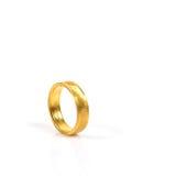 Sluit omhoog van gouden bruiloftring op witte achtergrond Stock Afbeelding