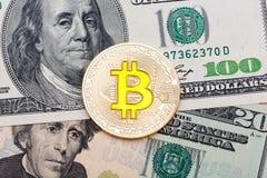 Sluit omhoog van gouden gele bitcoin op Amerikaanse dollarsachtergrond Royalty-vrije Stock Afbeelding