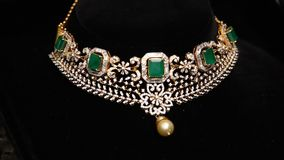 Sluit omhoog van gouden juwelen stock videobeelden