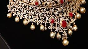 Sluit omhoog van gouden juwelen stock footage