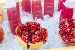 Het Fruit en het Sap van de granaatappel - Vers op Ijs Stock Foto's