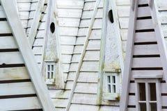 Sluit omhoog van grijze houten huizenvoorgevels Detail van houten structuren stock foto's