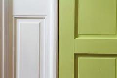 Sluit omhoog van groene binnenlandse deur met wit omhulsel Stock Foto