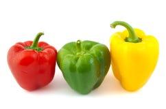 Sluit omhoog van groene, rode en gele verse peper  Royalty-vrije Stock Foto's
