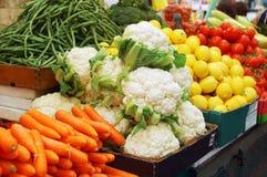 Sluit omhoog van groenten op markttribune Stock Afbeelding