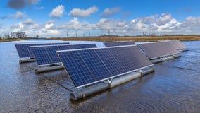 Sluit omhoog van Groep Photovoltaic panelen die op water drijven Royalty-vrije Stock Foto's