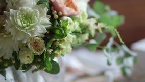 Sluit omhoog van grote bos van verse witte rozen en tulpenbloemen in vrouwelijke handen stock footage