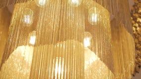 Sluit omhoog van grote gouden kroonluchter stock video
