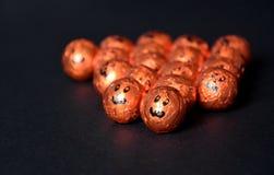 Sluit omhoog van Halloween-hefboom-o-Lantaarn folie behandelde snoepjes Stock Afbeeldingen