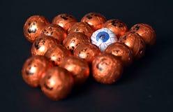 Sluit omhoog van Halloween-hefboom-o-Lantaarn folie behandelde snoepjes royalty-vrije stock foto