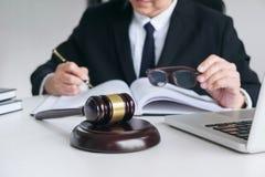 Sluit omhoog van hamer, Mannelijke advocaat of rechter die met Wetsboeken werken, royalty-vrije stock foto's