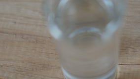 Sluit omhoog van hand die pillen en glas water nemen UltraHDvideo stock videobeelden