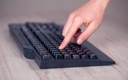 Sluit omhoog van hand het drukken toetsenbordknopen Royalty-vrije Stock Foto