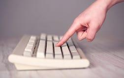 Sluit omhoog van hand het drukken toetsenbordknopen Stock Foto's