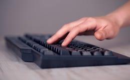Sluit omhoog van hand het drukken toetsenbordknopen Stock Foto