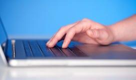Sluit omhoog van hand het drukken toetsenbordknopen Royalty-vrije Stock Foto's