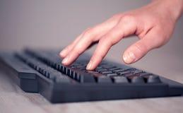 Sluit omhoog van hand het drukken toetsenbordknopen Royalty-vrije Stock Afbeelding