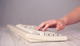 Sluit omhoog van hand het drukken toetsenbordknopen Stock Afbeelding