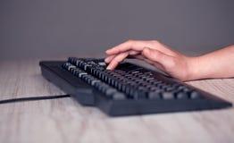 Sluit omhoog van hand het drukken toetsenbordknopen Stock Afbeeldingen