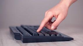 Sluit omhoog van hand het drukken toetsenbordknopen Royalty-vrije Stock Afbeeldingen