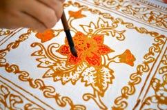 Sluit omhoog van hand het schilderen batik Stock Afbeeldingen