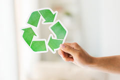 Sluit omhoog van hand houdend groen kringloopsymbool Royalty-vrije Stock Foto