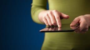 Sluit omhoog van hand houdend het digitale apparaat van de touchpadtablet stock fotografie
