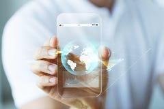 Sluit omhoog van hand met aardebol op smartphone Royalty-vrije Stock Afbeelding