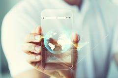 Sluit omhoog van hand met aardebol op smartphone Royalty-vrije Stock Afbeeldingen