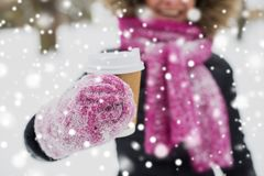 Sluit omhoog van hand met koffie in openlucht in de winter royalty-vrije stock foto