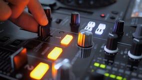 Sluit omhoog van hand stijgend geluid van instrument van DJ, die fader het bewegen zich stock video