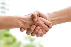 Sluit omhoog van handdruk van partner na overeenkomst Stock Afbeelding