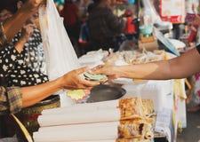 Sluit omhoog van handen die geld geven bij straatmarkt Royalty-vrije Stock Afbeelding