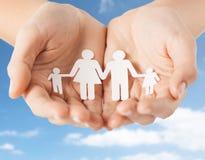 Sluit omhoog van handen houdend document familiepictogram Stock Afbeeldingen