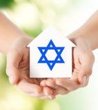 Sluit omhoog van handen houdend huis met ster van David Royalty-vrije Stock Foto