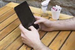 Sluit omhoog van handen houdend telefoon met het lege scherm stock afbeeldingen
