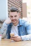 Sluit omhoog van handen houdend telefoon met het lege scherm royalty-vrije stock afbeeldingen