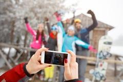 Sluit omhoog van handen makend foto met celtelefoon Stock Foto's
