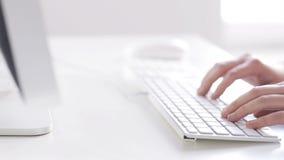 Sluit omhoog van handen typend op computertoetsenbord stock videobeelden