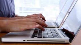 Sluit omhoog van handen typend op laptop stock video