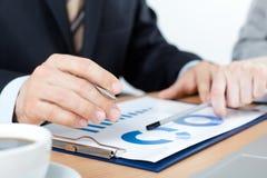 Sluit omhoog van handen van bedrijfsmensen die pen houden Stock Fotografie