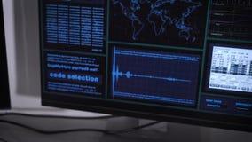 Sluit omhoog van handen van hakker die cyber aanval op banknetwerk maken Mens het typen snel op toetsenbord die wachtwoord prober stock videobeelden